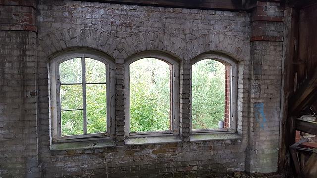 okna staré budovy