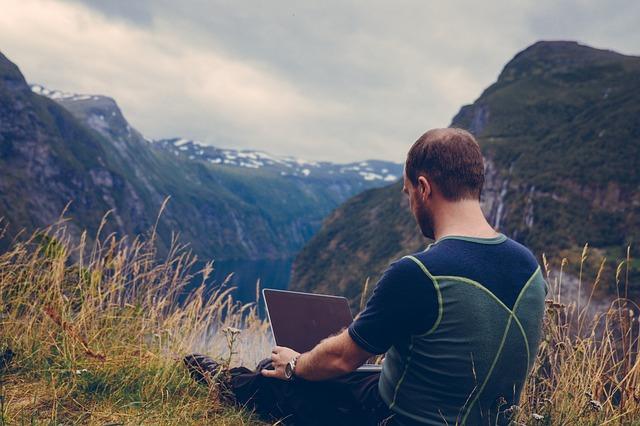 muž s PC v přírodě