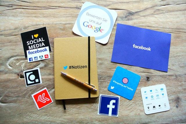 Zápisník, sociálne siete, Google, Facebook, internet, médiá.jpg