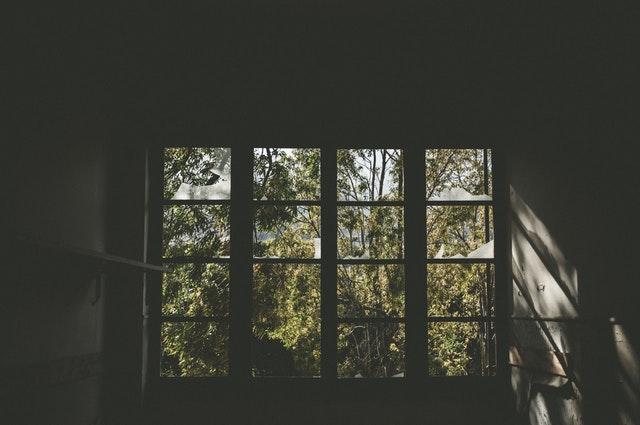 veľké tmavé okno