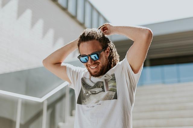 Muž ide po schodoch, dredy, slnečné okuliare.jpg
